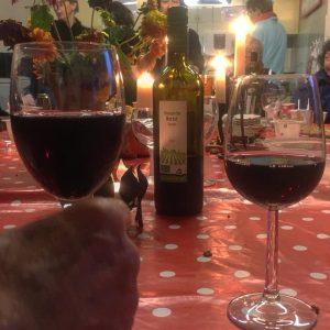 glazen met rode wijn