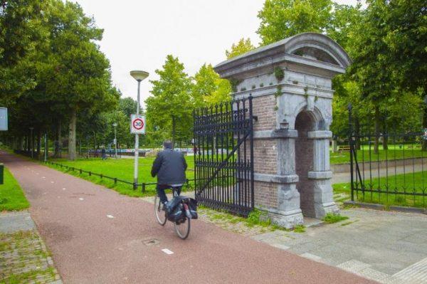 man op fiets in park