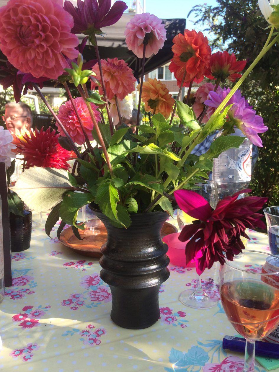 bloemen in zwarte vaas